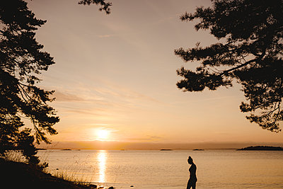 Silhouette of woman at sea - p312m2146214 by Stina Gränfors