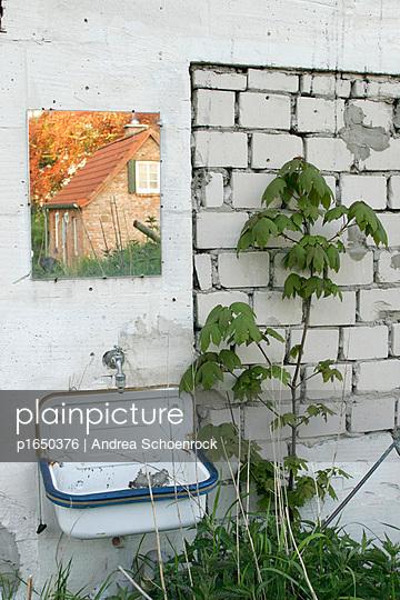 Haus im Spiegel - p1650376 von Andrea Schoenrock