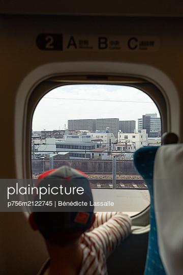 Tokyo seen through train window - p756m2122745 by Bénédicte Lassalle