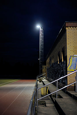 Empty football pitch at night - p1047m789478 by Sally Mundy