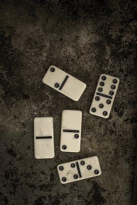 Five domines - p1228m1123015 by Benjamin Harte