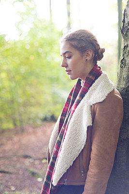 Profile upper body of teenage girl wearing sheepskin jacket - p1433m1525580 by Wolf Kettler