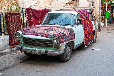 Alter Peugeot eines Teppichhändlers in Damaskus, Syrien - p1493m2063997 von Alexander Mertsch