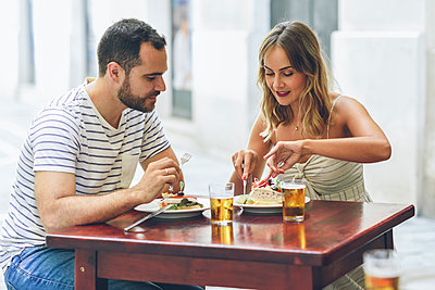 Couple eating and drinking beer in a restaurant on the street - p300m2070001 by Javier Sánchez Mingorance