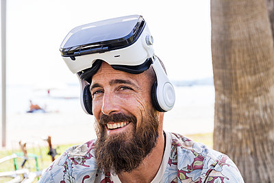 Smiling mature man with virtual reality glasses - p300m2156713 by Tom Chance