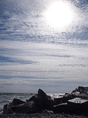 wolken himmel felsen meer - p627m671176 by Hendrik Rauch