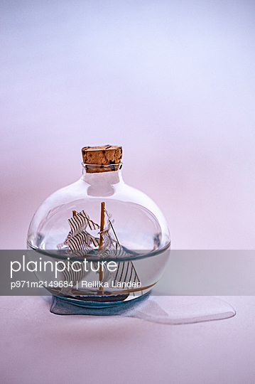 Ship in a bottle with water - p971m2149684 by Reilika Landen