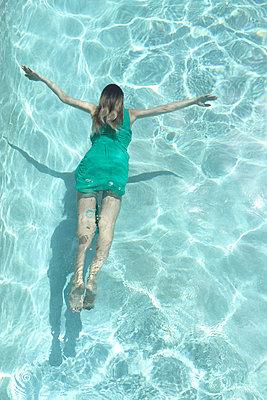 Submerged - p045m925836 by Jasmin Sander