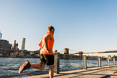 USA, Brooklyn, man jogging with headphones - p300m1205455 by Uwe Umstätter