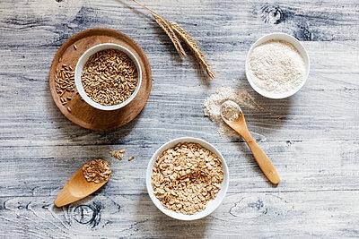 Rye ears, rye flakes, rye flour and rye grains - p300m1567923 by Eva Gruendemann