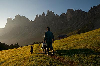 Brogleshütte vor den Geislergruppe - p470m2020335 von Ingrid Michel