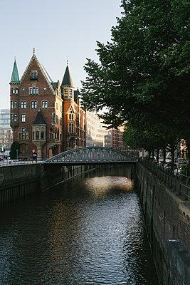 Warehouse district in Hamburg - p586m1110039 by Kniel Synnatzschke