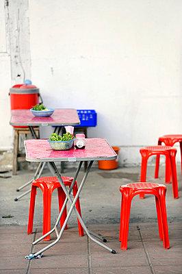 Restaurant am Straßenrand - p949m658151 von Frauke Schumann