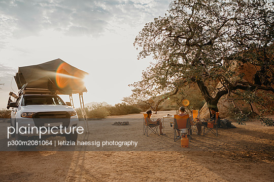 Namibia, friends camping near Spitzkoppe - p300m2081064 by letizia haessig photography