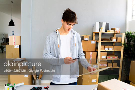 Man working with packages and deliveries - p300m2287428 von Giorgio Fochesato