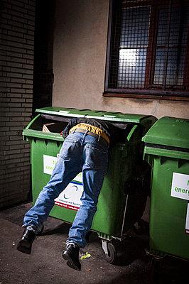 Im Müll suchen - p1046m779115 von Moritz Küstner