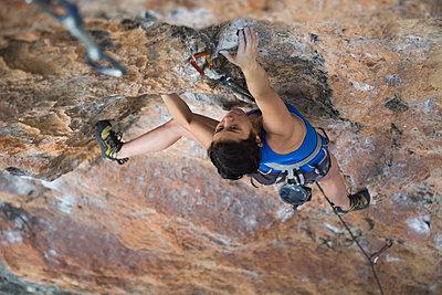 Female hiker rock climbing - p1166m1521821 by Cavan Images