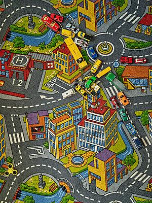 Toy cars in nursery - p1171m1540449 by SimonPuschmann