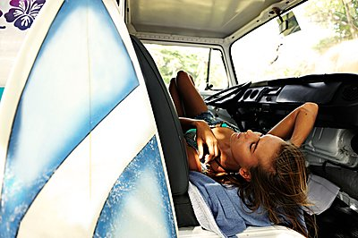 Woman with surfboard lying in van - p300m1499400 by Eyecatcher.pro