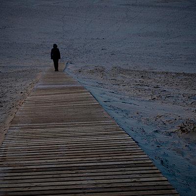 frau allein am strand - p627m671143 by Hendrik Rauch
