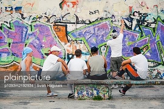 Deutschland, Berlin, Mauerpark, Clique  - p1093m2192934 von Sven Hagolani