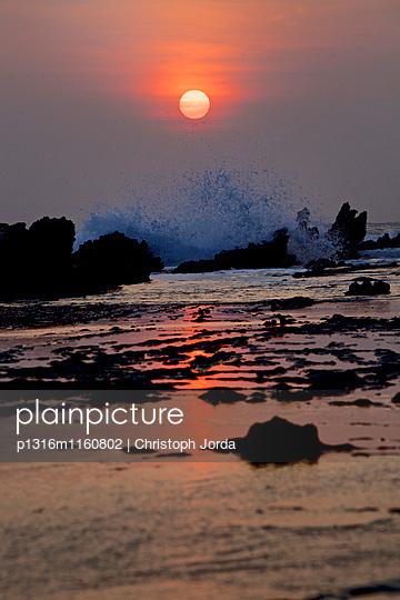 Strand im Sonnenuntergang, Jakarta, Java, Indonesien - p1316m1160802 von Christoph Jorda