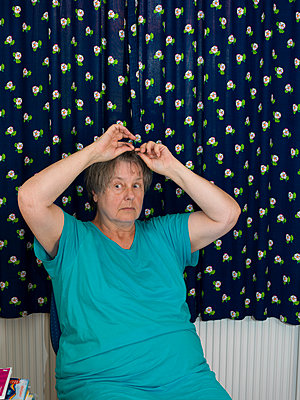 Frau vor Gardine - p1279m1091679 von Ulrike Piringer