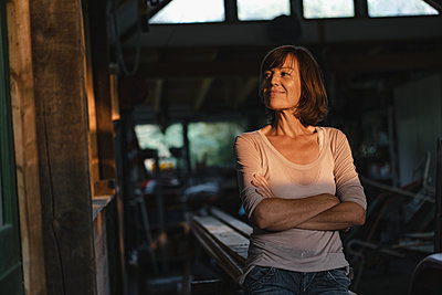 Brunette woman with arms crossed - p586m2134824 by Kniel Synnatzschke