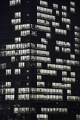 office block illuminated - p876m1207389 by ganguin