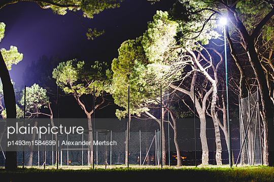 Fußballplatz S. Elena bei Nacht, Venedig - p1493m1584699 von Alexander Mertsch