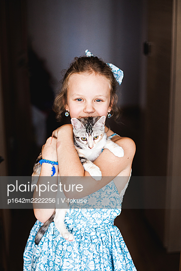 Girl carries cat in her arms - p1642m2222256 by V-fokuse