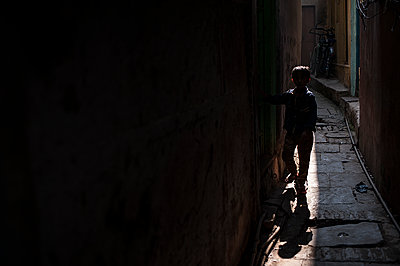 Boy in the shadow of the streets - p1007m1144405 by Tilby Vattard