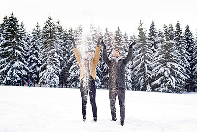 Young couple playing with snow - p1124m1589330 by Willing-Holtz