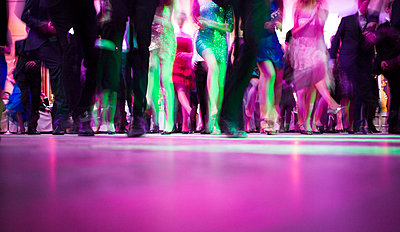 Group of people on dance floor - p1053m793699 by Joern Rynio
