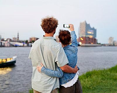 Paar fotografiert die Elbphilharmonie - p1124m1150184 von Willing-Holtz