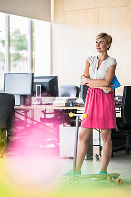 Woman standing in creative office - p300m1205480 by Richárd Bellevue