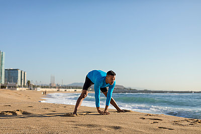 Man doing workout on the beach - p300m2121481 by Mauro Grigollo