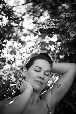 Portrait of a woman in summer in black and white - p310m2289404 by Astrid Doerenbruch