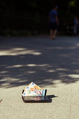 Geldbörse liegt auf dem Gehweg - p432m1586837 von mia takahara