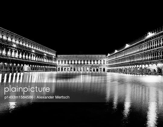 Markusplatz bei Hochwasser (Acqua Alta), Venedig, schwarzweiß - p1493m1584586 von Alexander Mertsch