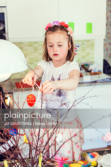 Girl decorating for Easter - p312m2078954 by Marie Linnér
