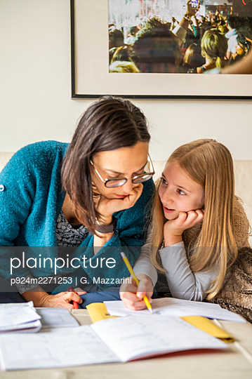 UK, Surrey, Mother assisting daughter (10-11) doing homework at home - p924m2271253 by G. Mazzarini