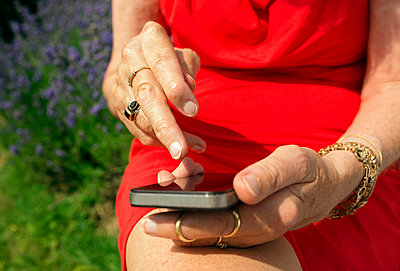 Elderly woman with smartphone - p1132m1016283 by Mischa Keijser
