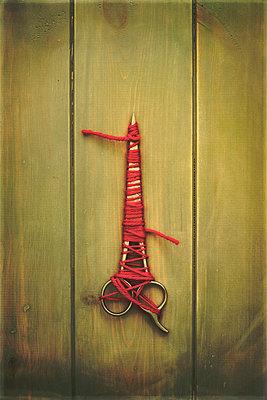 Tied up scissors - p1228m1488529 by Benjamin Harte