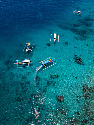 Indonesia, Bali, Aerial view of Blue Lagoon, banca boats - p300m2042615 by Konstantin Trubavin