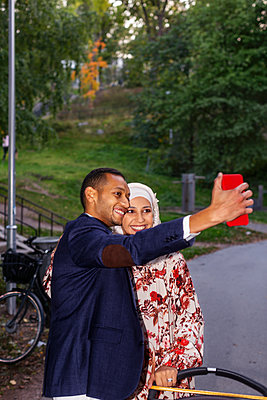 Couple taking selfie - p312m2237232 by Pernille Tofte