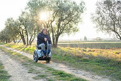 Man on wheels enjoying countryside - p429m2091506 by Francesco Buttitta