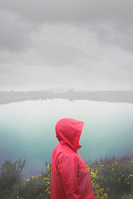 Side view woman standing by foggy lake - p597m2063510 by Tim Robinson