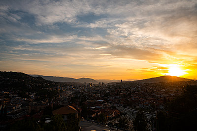 Scenic view of Sarajevo cityscape against cloudy sky - p623m2271895 by Pablo Camacho