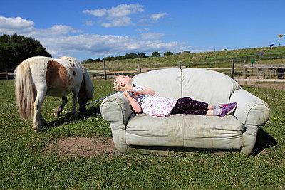 Ferien auf der Couch - p045m1041986 von Jasmin Sander